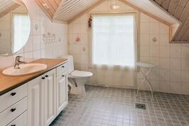 yläkerran upea kylpyhuone, jossa suihku ja ammevaraus