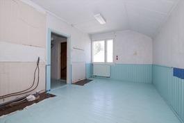 Yläkerran toinen makuuhuone, minikeittiö poistettu