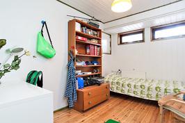 alakerran makuuhuone(askarteluhuone)