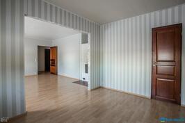 ..seinää avattu ja saatu olohuoneesta isompi