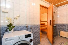Kylpyhuoneeseen mahtuu myös pyykinhuolto