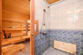 Kylpyhuoneessa on raikas laatoitus