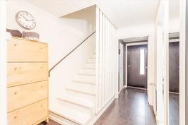 yläkertaan vievät portaat on maalattu valkoisiksi