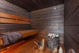 kaunis tumma sauna, lämpökäsiteltyä haapaa