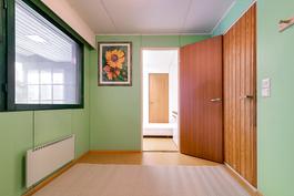 Pukuhuone, jonka perällä työhuone