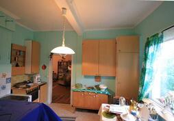 isompi keittiö. oikealla ovi isoon kamariin ja edessä ovi keskimmäiseen kamariin