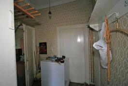 eteisaula pienempään tupaan. ovi edessä on pois käytöstä ja seinän takana onkin isompi ph