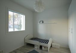 Pienempi makuuhuone, jossa myös kaapistot