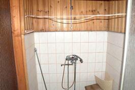 Pesuhuone laajennusosassa.