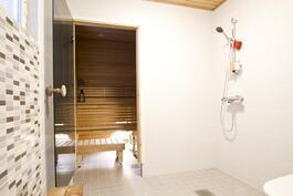 Kylpyhuoneesta saunaan.