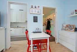 Olohuoneesta on käynti keittiöön ja eteiseen