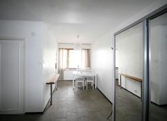 Läpitalon valoisa huoneisto