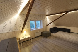 Yläkerran remontoitu huone