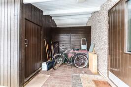 Katoksen alla tilaa vaikka polkupyörille / Täckt plats för t.ex. cyklar
