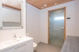Käynti suihku- ja saunatiloihin