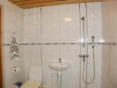 Alakerrassa kylpyhuone ja wc