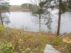 Syksykuva: alakerran terassin kautta kulku rantaan ja uimalaiturille.