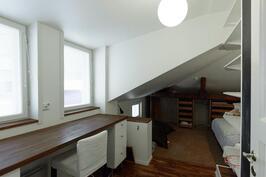yksi päätalon makuuhuoneista