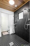 Kylpyhuone, kaksi suihkua ja toinen talon wc