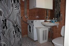 Kylpyhuone ja sauna. Lattialämmitys