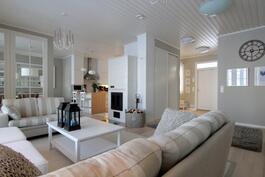 tämä talo on täynnä hienoja yksityiskohtia joita erityiskorkea huonekorkeus vain korostaa