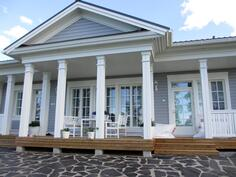 Kauniit pylväiköt korostavat talon upeaa ilmettä ja luovat tunnelmaa sen kuisteille.