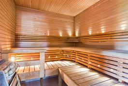 Muotoillut lauteet ja kuituvalot nautinnollisiin saunahetkiin