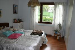 Alakerran makuuhuone, jonka yhteydessä vaatehuone
