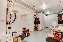 22 m2 varasto ja harrastetilaa.