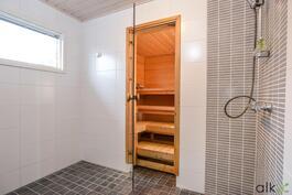 Raikas kylpyhuonetila ihastuttaa