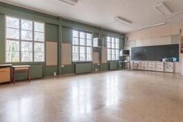 Uudemman koulun yläkerran luokkahuone