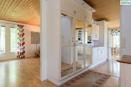 Näkymä eteisestä olohuoneesee ja keittiöön