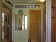 Kuvassa seinien ja katon osalta juuri pintahuollettu eteis/aulatila, josta käynti myös ...