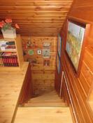 Kuvaa yläkerran aulatasanteelta alas portaikkoon päin ja yläkerrassa on myös avointa ullakkotilaa, johon on mahdollista tehdä lisähuone!
