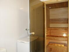 Kylpyhuoneessa wc ja pesukoneliitäntä