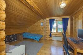 Yläkerran makuuhuone, jossa myös vaatehuone