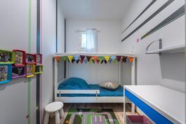 Vaatehuone sisustettu lapsen huoneeksi
