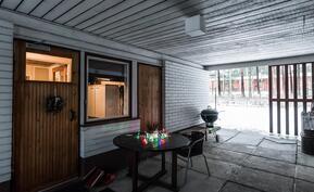 iso katettu välitila yhdistää asunnon ja autotallin, josta käynti sisäpihalle