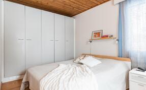 makuuhuone 4, jossa seinän levyisesti kaappeja