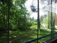 Kesällä parveke on varsin suojaisa paikka ympärillä olevan puuston suojissa