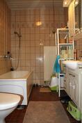 Erillinen wc, jossa myös suihku ja amme.