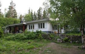 Talo ihanan vihreältä pihalta nähtynä.