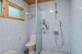 Myös suihkutilasta löytyy yksi wc