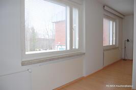 Isot ikkunat sekä oleskelu- että makuutiloissa