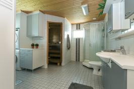 Tilava kylpyhuone/kodinhoitohuone