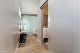 Yläkerran päämakuuhuoneen yhteydessä kylpyhuone