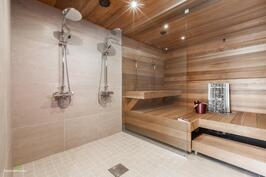 Kauniit sauna- ja suihkutilat
