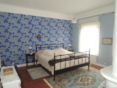 Isomman asunnon makuuhuone