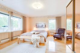 yläkerrassa on kolme tilavaa makuuhuonetta