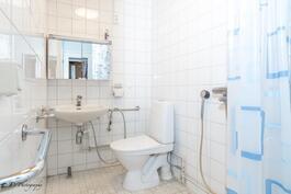 Alakerran suihkullinen wc-tila